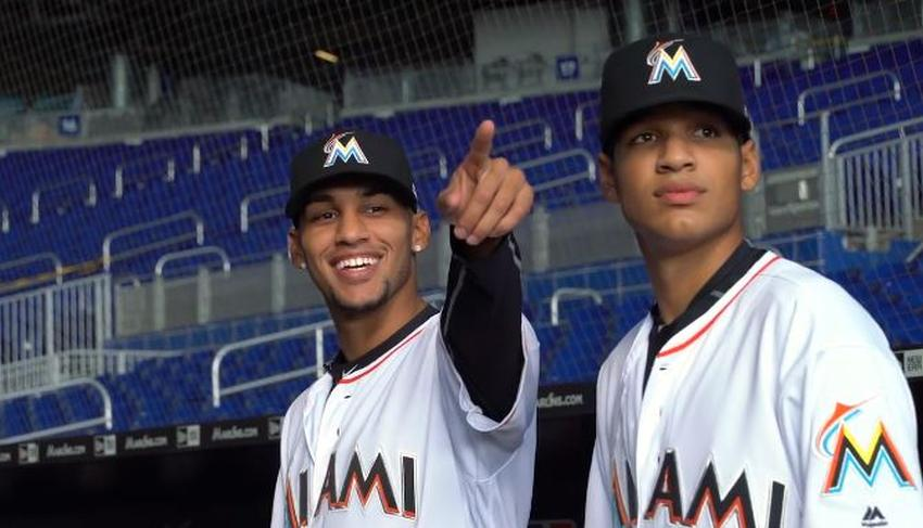 Los Marlins de Miami firman a los hermanos Mesa