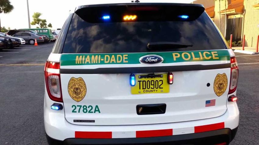 Sargento de la policía de Miami-Dade captado en cámara golpeando a un sospechoso esposado