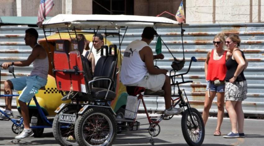El vía crucis de los bicitaxistas en La Habana para sobrevivir al acoso policial