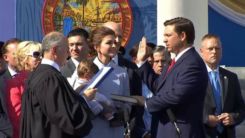 Ron DeSantis firma una orden ejecutiva para abordar los problemas con las algas tóxicas en Florida