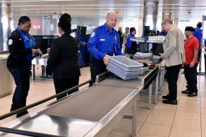 Uno de cada 10 empleados de la TSA programados para trabajar el domingo se tomó el día libre