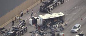 Camión con televisores se vuelca en el Palmetto; 4 personas resultan heridas