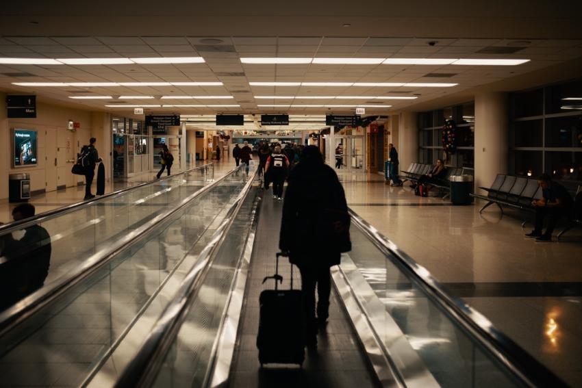 Falta de personal lleva a múltiples retrasos de vuelos en principales aeropuertos; confirma la Administración Federal de Aviación