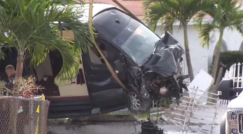 Hombre en Miami muere tras recibir varios disparos y estrellar su camioneta contra la cerca de una casa