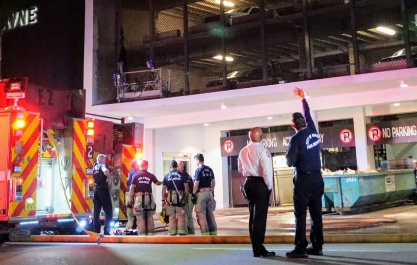 Vehículo se incendia después de caer 9 pisos dentro de estacionamiento en Miami cerca de Bayside