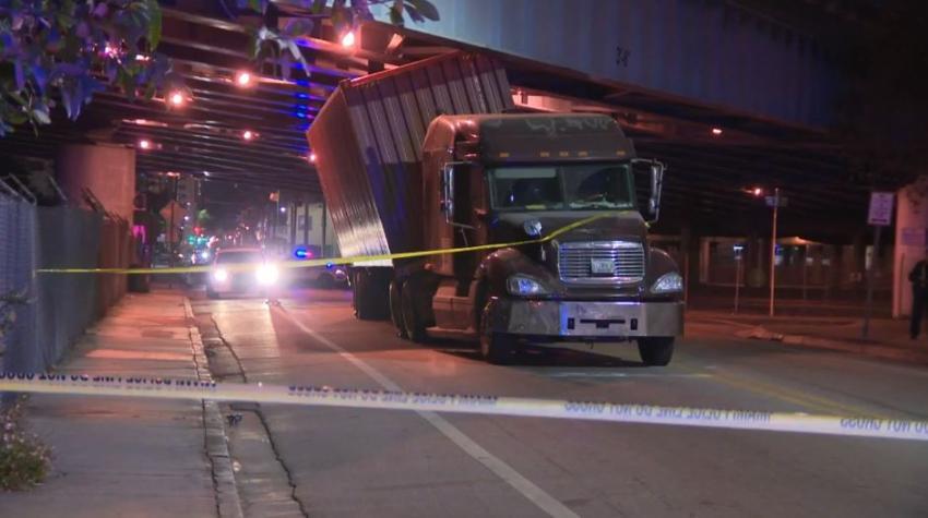 Camión queda atrapado bajo el paso elevado del expressway I-395 en el Downtown de Miami