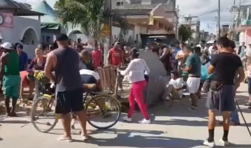 Carretilleros en Cuba lanzan la comida al piso para que la gente se la lleve y evitar que se la decomisen