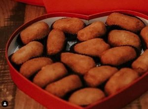 Restaurante cubano en Miami vende caja de croquetas en forma de corazón para el Día de San Valentín