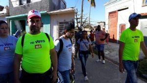 """El gobierno de Cuba aprovecha para hacer campaña por el """"Sí"""" en las zonas afectadas por el tornado en La Habana"""