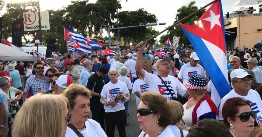 Cubanos en Miami divididos sobre las nuevas medidas de Trump sobre viajes y remesas; una ligera mayoría está en contra