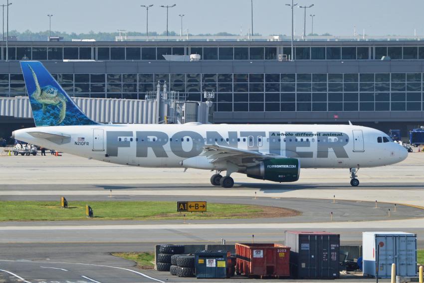 Frontier Airlines agrega la opción para dejar propinas a los asistentes de vuelo en los viajes