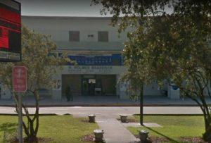 Bomberos tratan a 15 estudiantes expuestos a spray de pimienta en una escuela secundaria en Miami