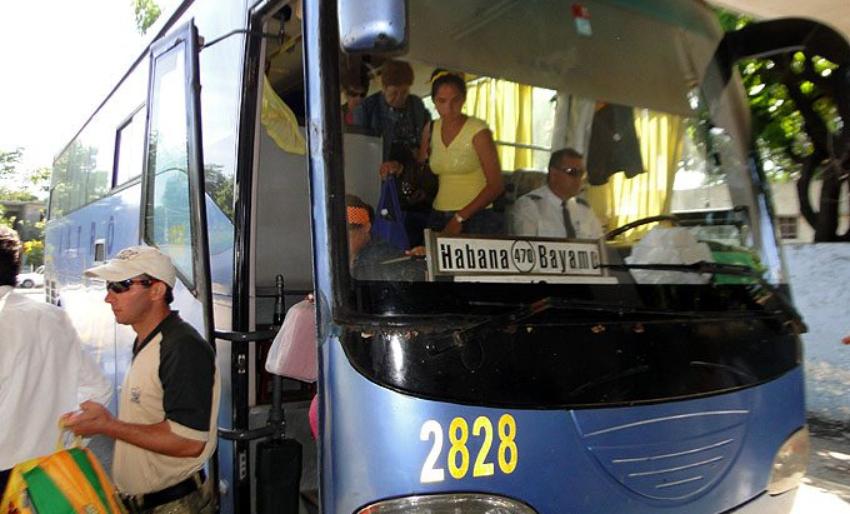 Pasajeros se quejan en Santiago de Cuba por el cobro del exceso de equipaje en ómnibus y el gobierno los culpa por no estar informados