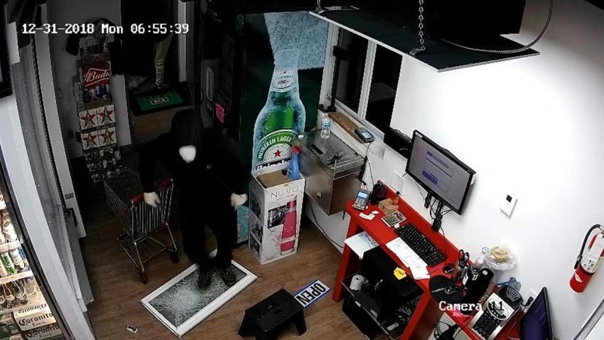 La policía de Hialeah busca a 2 hombres después de que una pandilla irrumpiera en una licorería