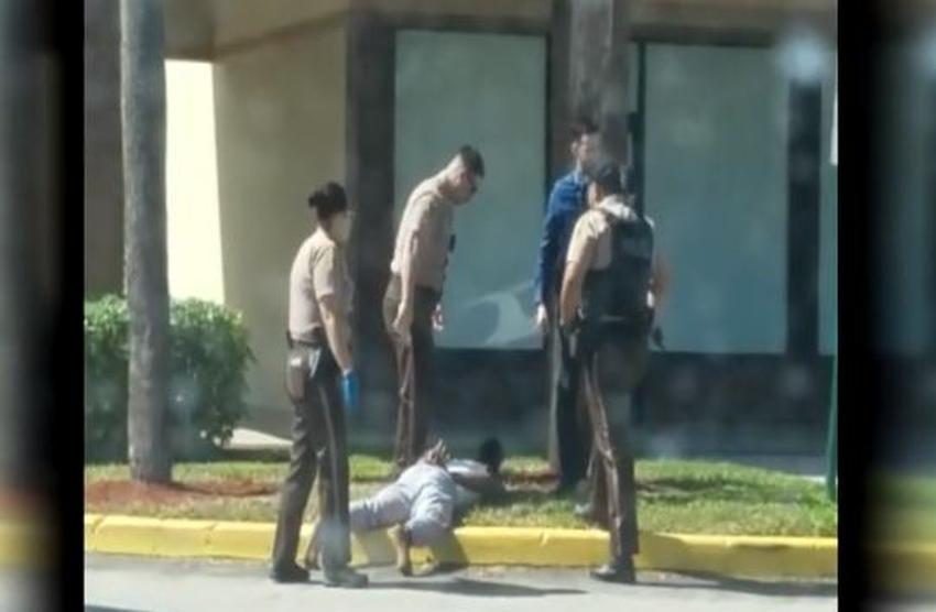 Video de un celular muestra un policía de Miami-Dade pateando a un adolescente esposado y en el suelo