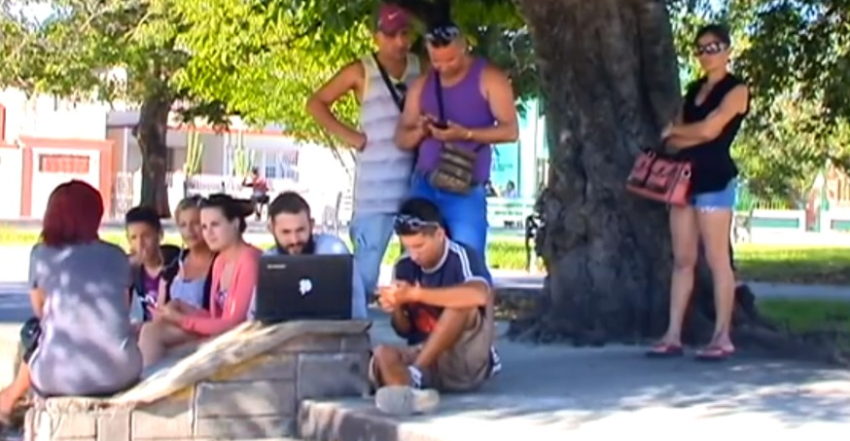 """Usuarios de ETECSA en Holguín dicen que el internet por datos móviles es lento y caro: """"Una estafa"""""""