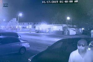 Hombre se encuentra llaves de un auto afuera de una casa en Miami y regresa en la noche a robarlo; todo grabado en cámara
