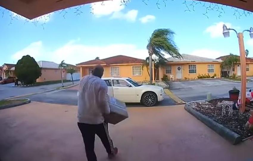 Hombre de Hialeah se baja de su auto a robar paquetes de un portal mientras la dueña le habla por la cámara