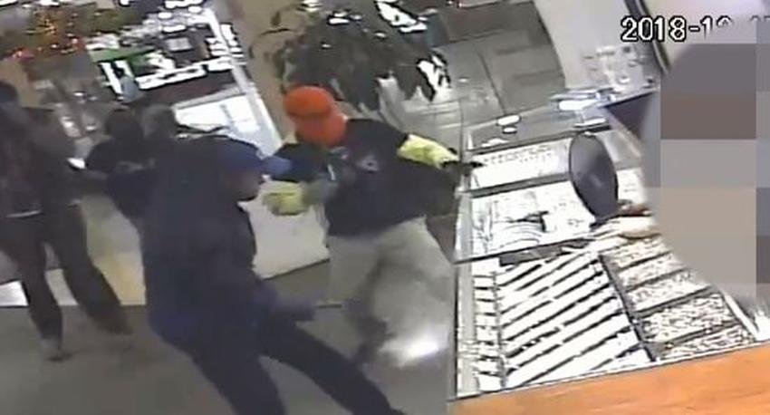 Autoridades publican video de cuatro hombres robando una joyería en un centro comercial de Miami