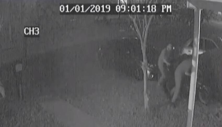 Grabado en cámara como unos ladrones roban una moto de una vivienda de Miami
