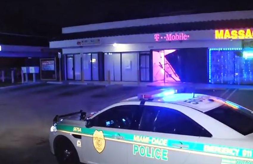 Ladrones entran a tienda T-Mobile en Miami y se llevan la caja fuerte