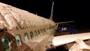 Cancelan miles de vuelos debido al clima invernal que está causando estragos en los aeropuertos más concurridos de EE.UU