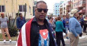 Arrestan al opositor Daniel Llorente, conocido como el hombre de la Bandera por promover el NO a la Constitución