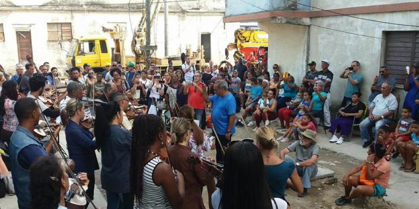 Kcho, el artista favorecido del régimen cubano llevó tres generadores de electricidad al municipio Regla