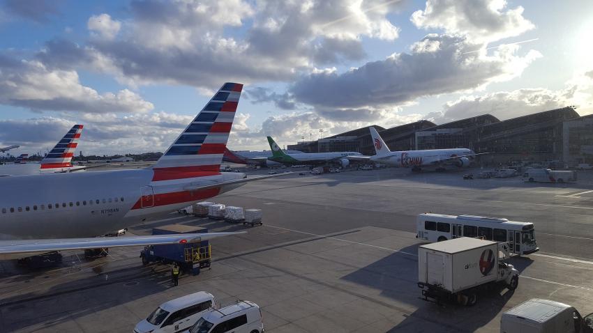 Hombre en un vuelo de American Airlines toca la cara de otro pasajero, rocía sustancia y salta del avión