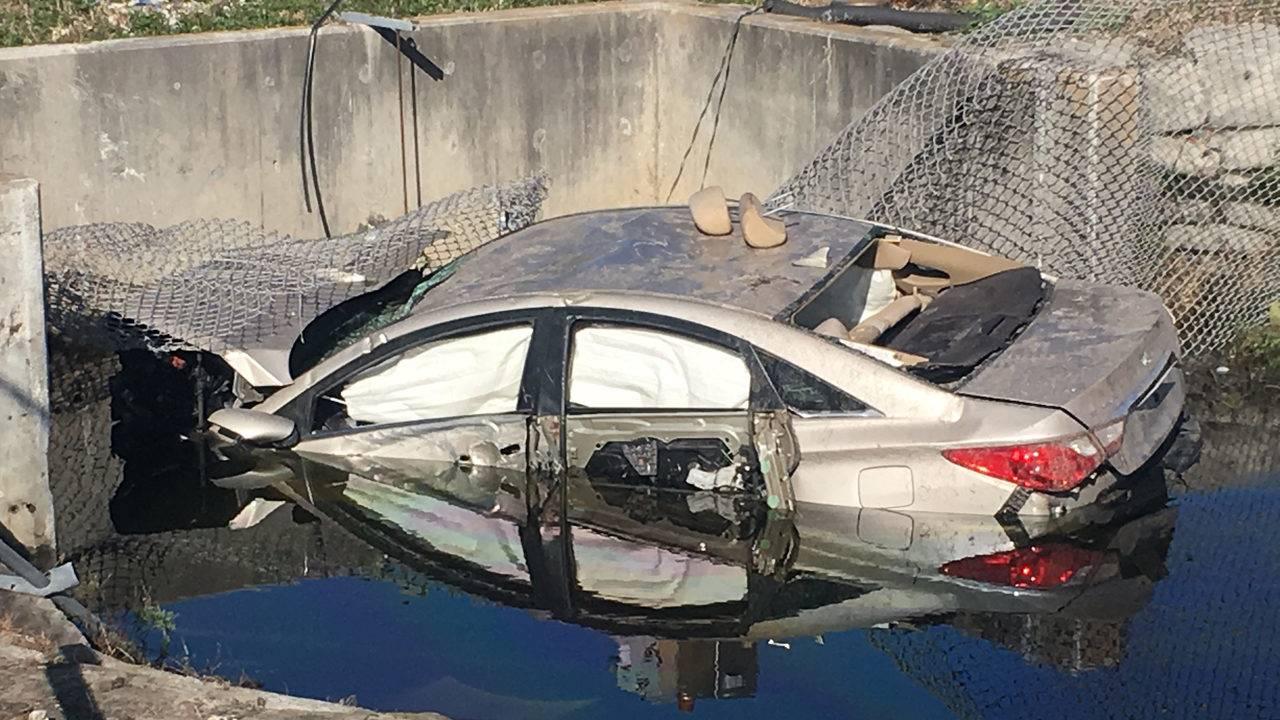Conductor de Miami choca su auto que cae a un canal y lo deja abandonado para buscarlo al otro día