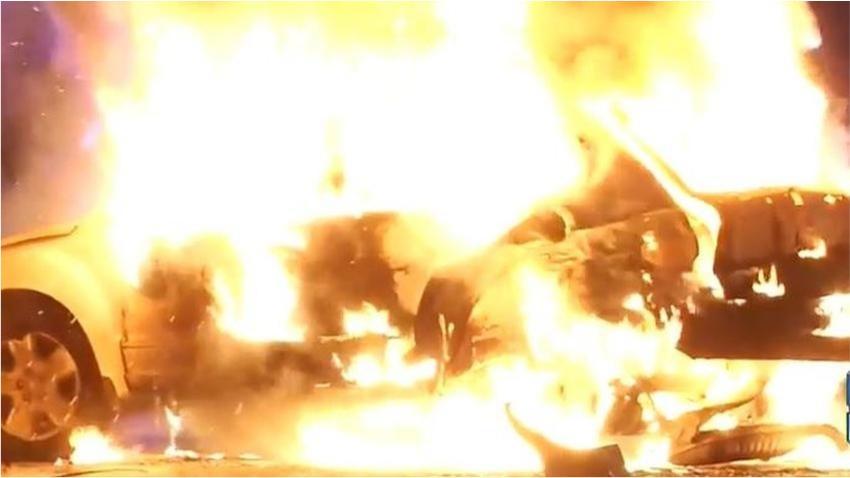Aparente carrera entre un BMW y un Corvette en el expressway deja varios heridos; un tercer auto prende en llamas