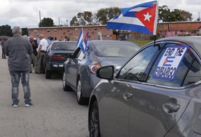 Cubanos en Miami defensores de la dictadura en Cuba salen en Hialeah a pedir el fin del embargo