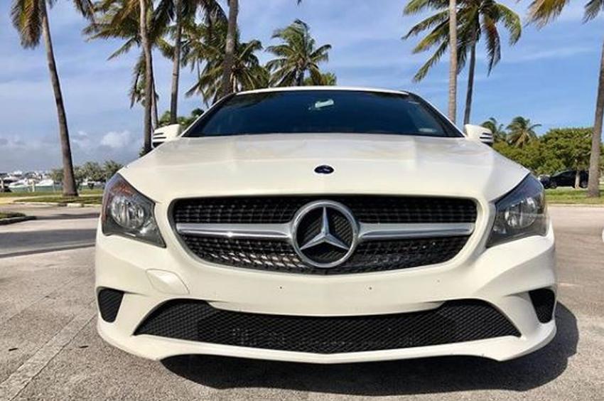 Buscan a dos hombres que le quitaron un Mercedes Benz a una mujer en Coral Gables amenazándola con una pistola