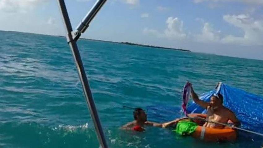 Dos hombres son rescatados a la deriva en el mar luego que se hundiera su bote en los Cayos de la Florida