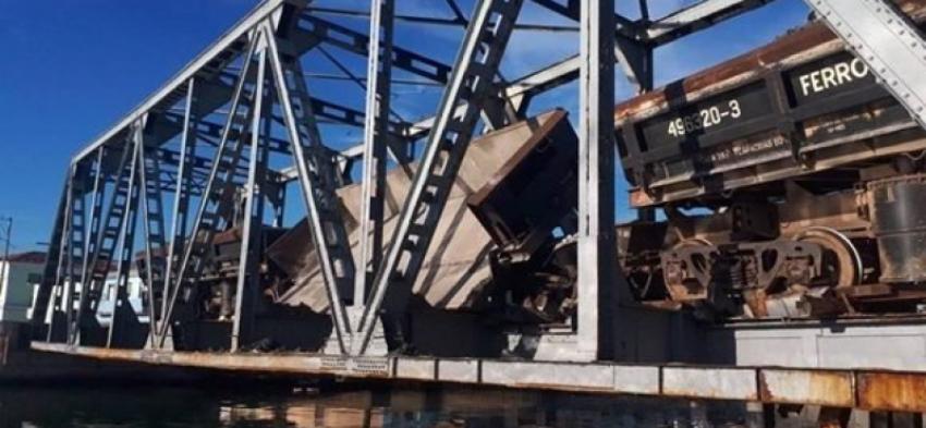 Autoridades en Matanzas trabajan para reparar una obstrucción en la vía férrea, tras descarrilamiento de un tren en el puente de Versalles