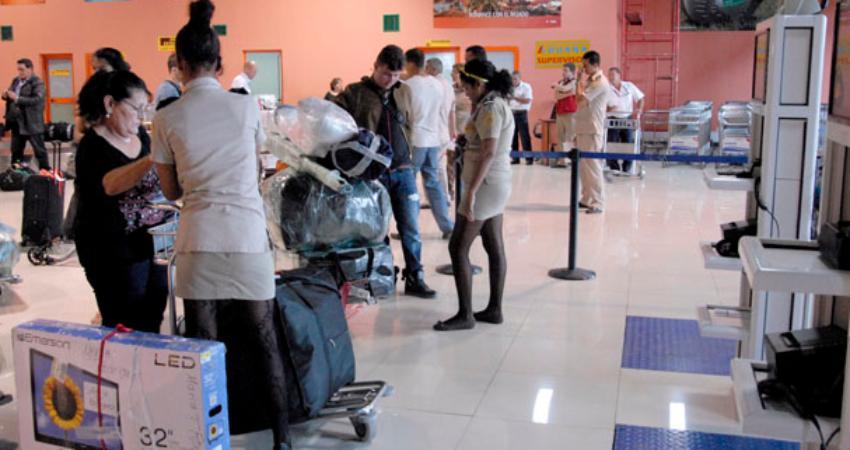 Cubano denuncia le impiden entrar a la Isla por grabar suceso en el Aeropuerto, donde la Aduana le quería quitar un televisor