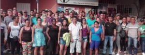 Un grupo de 72 migrantes cubanos fueron trasladados a Veracruz, luego de que decenas de ellos entraran a la fuerza en una oficina migratoria