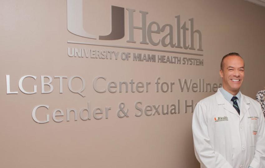 Reconocido cirujano de Miami es despedido por publicar fotos de transgéneros sin su consentimiento