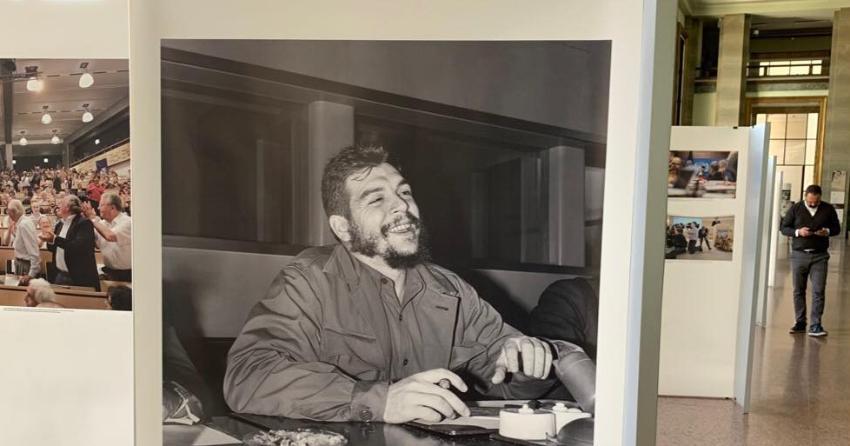 Consejo de Derechos Humanos de la ONU muestra una fotografía gigante del Che, asesino de cientos de cubanos