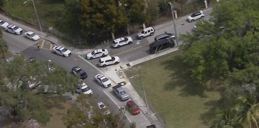La policía de Miami Beach busca a ladrón armado que abrió fuego contra oficiales