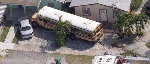 Autobús escolar se estrelló contra una casa en Miami, al menos dos personas resultaron heridas