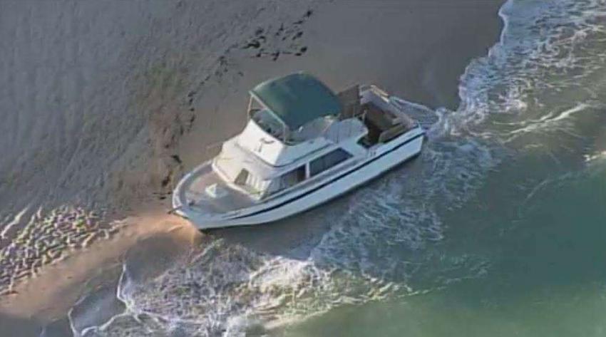 Aparece un bote en la arena en Haulover Beach en Miami