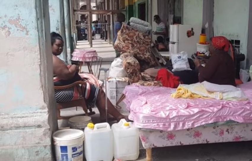 Dos mujeres en la Habana Vieja protestan sacando sus pertenencias a la calle para pedir se les de un hogar digno