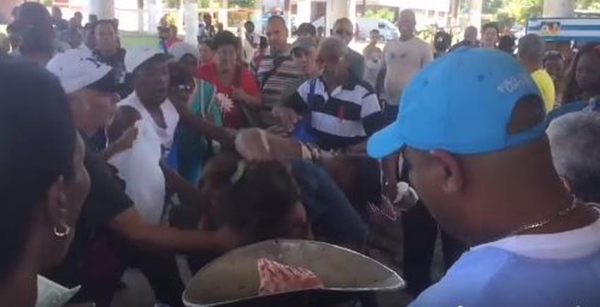Fuerte pelea en una cola en La Habana para comprar carne de cerdo
