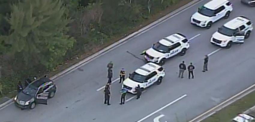 Conductor intenta atropellar a policía en el Doral; dos arrestados, la policía busca a un tercero que se dio a la fuga