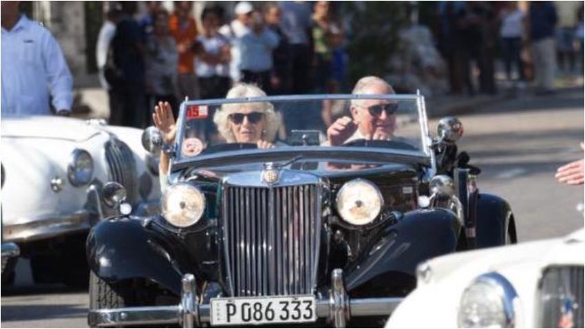 Príncipe Carlos sale a manejar en un auto inglés por La Habana