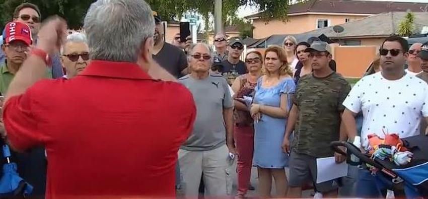 Vecinos de condominio en Hialeah se manifiestan ante abusivos aumentos en las cuotas mensuales de la comunidad