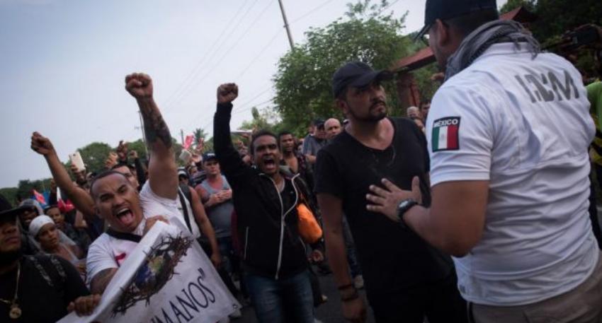 Autoridades mexicanas frenan a migrantes cubanos en caravana, impidiendo se trasladen a la capital del país