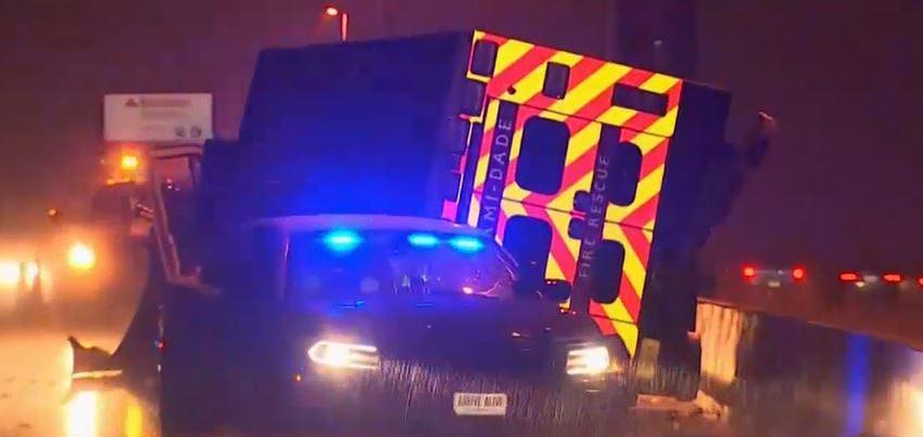 Un camión de bomberos de Miami se vuelca en el Turnpike mientras acudía a una llamada de emergencia