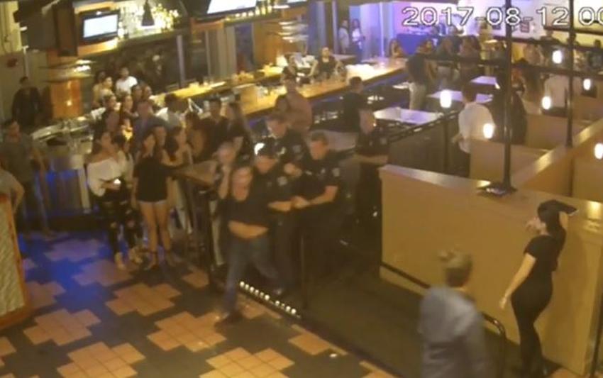 """Hombre de Miami toma acción legal contra policías que lo sacaron de un bar por """"indisciplina"""" pero el video de seguridad cuenta otra historia dice su abogado"""